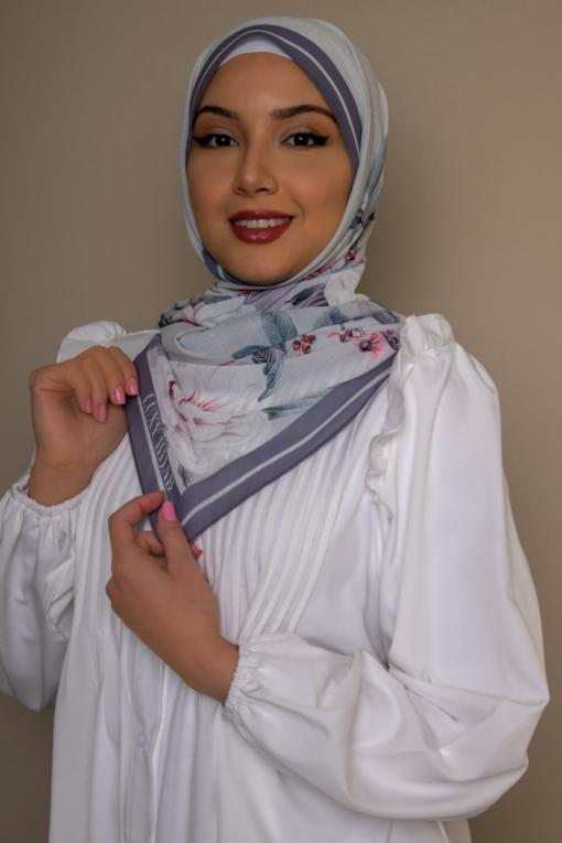 حجاب الزهور باللون الرمادي الفاتح