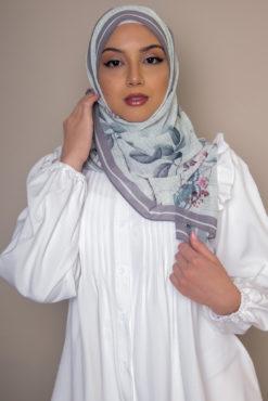 حجاب الأزهار المطبوع باللون الأبيض